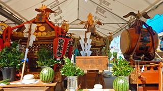 総勢13騎の神輿が一堂に会する。その装飾、4,000万円 ※当時価格