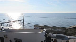 このまま水へ飛び込みたいっ!日本一海に近い、海岸線キワッキワの駅。