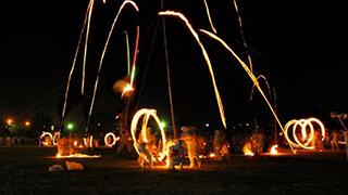 燃え上がれ炎よ!めっちゃ炎を振り回す破天荒な祭りがあるよ。