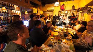 琉球に思いを馳せて泡盛を戴く。三線生ライブを堪能できるお店。