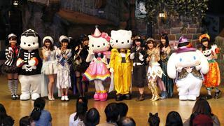AKB48とキティちゃんが共演し仮装衣装で「ハロウィン・ナイト」を披露!!