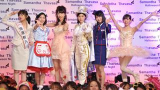 キュートなウェイトレスやセクシーキャバ嬢など、AKB48がハロウィーンイベントにサプライズ登場