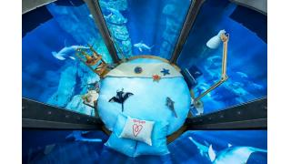 サメ、サメ、サァーメェー!サメ35頭に囲まれて過ごす水中ホテルが登場、パリの水族館で3日間限定で