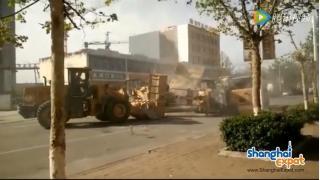 """重機を使った大乱闘 中国の路上でブルドーザー同士によるガチ""""ケンカ""""バトルが繰り広げられる"""