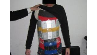 「iPhone」94台を体に巻きつけて密輸しようとした「アイフォンマン」逮捕