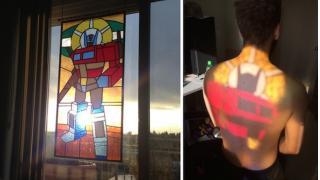 夕陽に輝く ステンドグラスで再現された「トランスフォーマー」オプティマス・プライム
