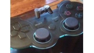 収納スペースもバッチリ PS3コントローラを再現したハンドメイド・テーブル
