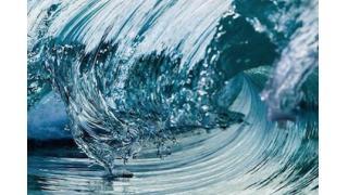 カリブ海のビーチに打ち寄せる波をハイスピードカメラで撮影した名画のような写真