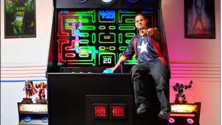 """デカいおっさんが子供にみえる 高さ4m41cmもある""""世界一大きい""""アーケードゲーム機"""