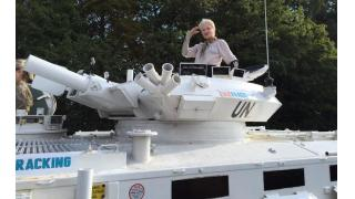 英国の激おこスーパーおばあちゃん(74歳)が首相の自宅前に戦車で乗り付け抗議活動を展開