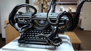呼び声をしたためるのだ 古いタイプライターにタコ足のような触手を与えた名状しがたいアート作品が爆誕