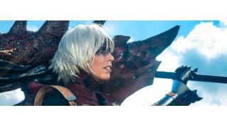 【海外コスプレ】大剣を担いだ勇ましい女ハンター!「モンスターハンター」リオレウス装備のフォト・アート