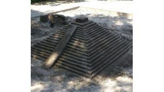 公園の砂場にマヤ文明のピラミッドを再現したヤツがいるwww