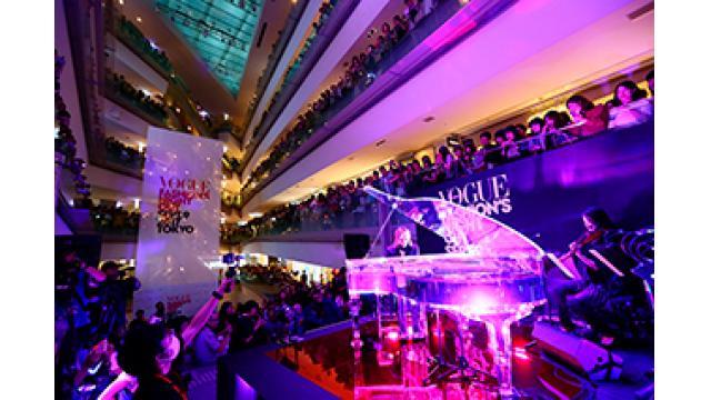 YOSHIKIスペシャルゲスト出演で、表参道ヒルズが一時騒然! 「VOGUE FASHION'S NIGHT OUT 2017」オープニング・セレモニーでサプライズ演奏!