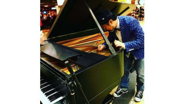 Senri sighed the autograph the Steinway@ St. Paul Airport.