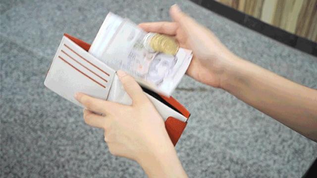 まるで手品!一瞬で小銭とお札を自動分別してくれる二つ折り財布『KIN(キン)』!