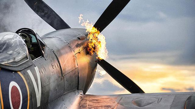 英国戦闘機「スピットファイア」をモチーフにした迷彩柄ケースが発売!