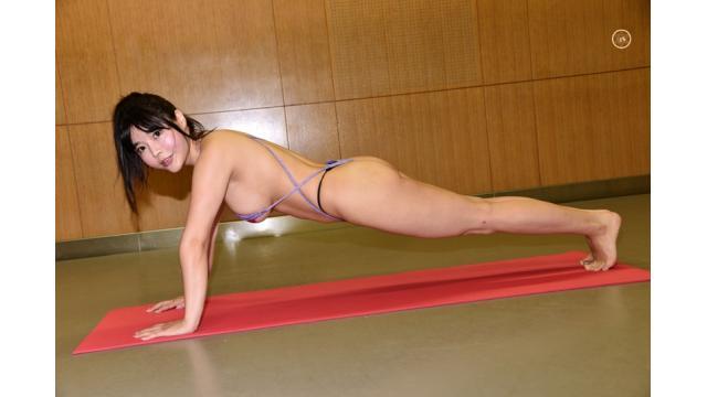 Curvy 柴咲凛がポールダンスを活かして限界筋トレ参戦、Tバック腕立てから