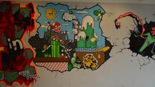 こんな学校に行きたかった!『スーパーマリオ』と『パズルボブル』がカベに描かれているスウェーデンの学校