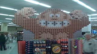 ソーダ缶BOXで作ったピクセルアート、スーパーに現る