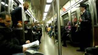 朝の通勤通学が楽しくなる! ニューヨークの電車の中でマリオのテーマを奏でるコンビ