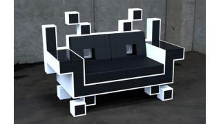 『インベーダー』のおしゃれな革張りのソファー
