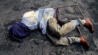 奴隷か死か...ゾンビサバイバルMOD『DayZ』の中で拉致されたプレイヤーがその一部始終をツイッターで実況
