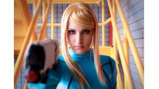 『メトロイド』サムスのコスプレ:金髪美女がゼロスーツで顔出し