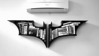 夜も本を守ってくれる『バットマン』本棚
