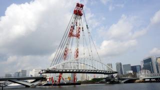 「隅田川に10秒で橋を架けて帰っていく巨大サルベージ船」の写真レポ