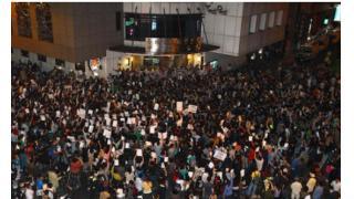 台湾暴動デモ、警察の違法行為に激怒 約1000人の市民が警察署を包囲