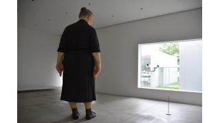 青森県十和田市現代美術館と周辺のベンチ