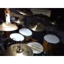 ドラムを叩いています