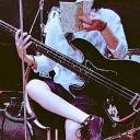 低身長が頑張ってベースを弾くよ(*´꒳`*)
