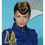 イカリ型パンクの髪型の女